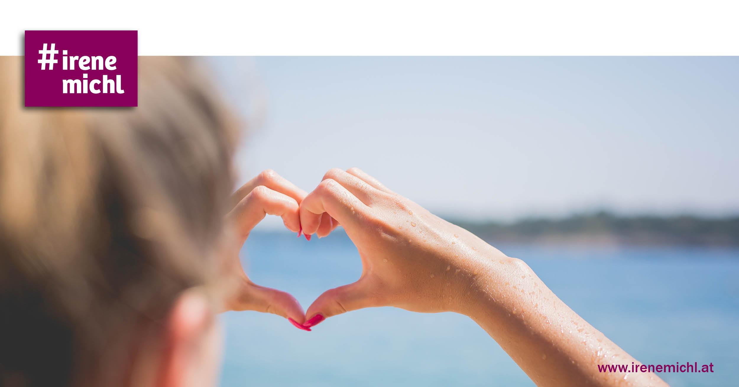 Mädchen hält die Hande zu einem Herz Richtung Horizont