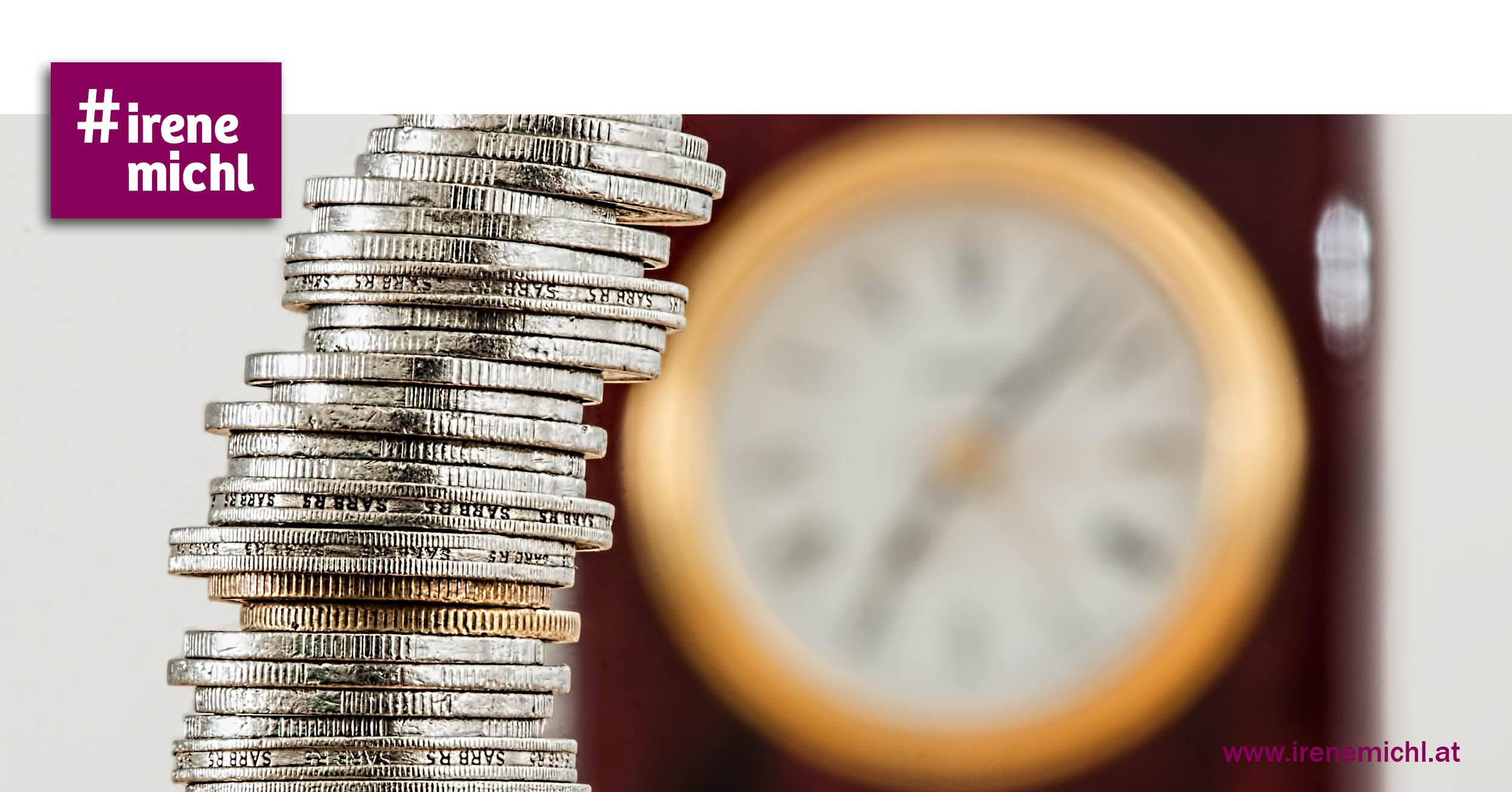 Münzen mit Uhr im Hintergrund